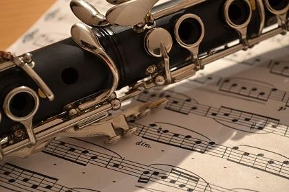 クラリネットを吹く画像